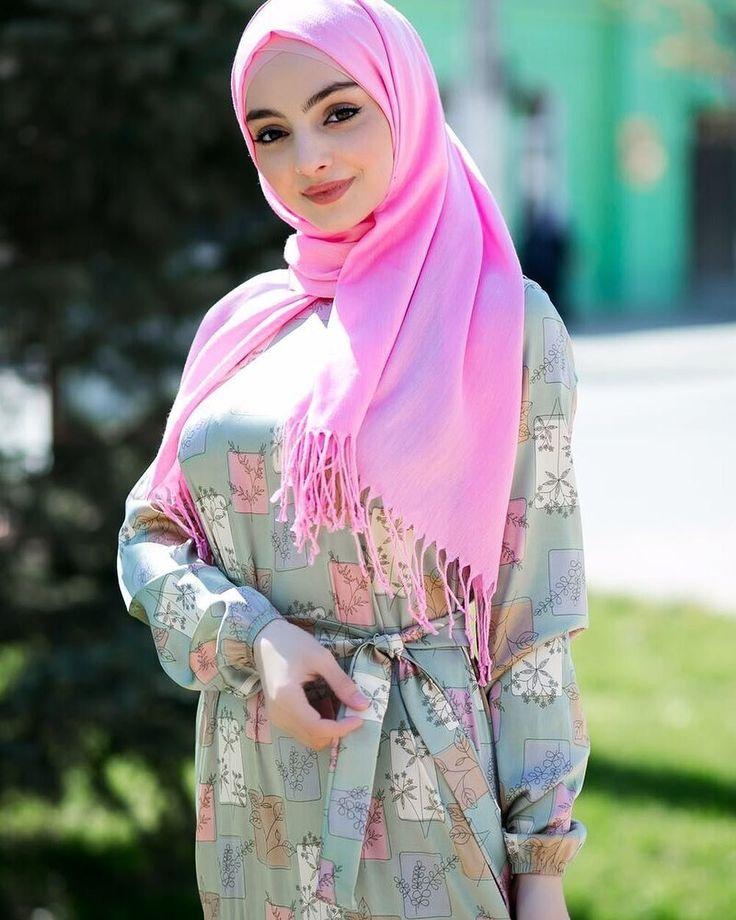 в красиво хиджаб и девушка