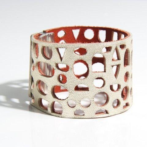 """Bracelet manchette modèle """"galet"""" """"Design raffiné et exclusif Dana Esteline"""" crée par Joyce Benoist Fermoir aimanté, garanti sans nickel : 4 cm Coloris tendance, multiples et contrastés"""