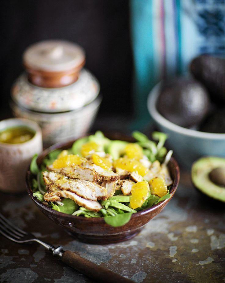 Tässä kanasalaatissa avokado täydentää mausteiden ja mandariinivinegretin makukirjon.