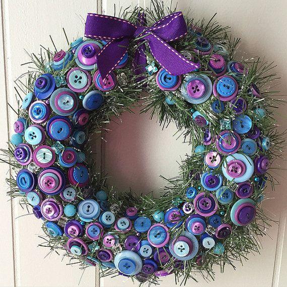 Magnifique couronne de fleurs unique pour profiter de votre maison :)  Il s'agit d'une guirlande de vacances vert enveloppé de paille couronne 8». Couronne est décorée avec des perles de verre de 8-12mm et les boutons en plastique.  Décorations ont été soigneusement emballées à la main