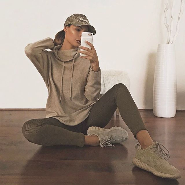 Decided to try a new color palette today ... not.  Sweatshirt @windsorstore  Leggings @puma  Shoes @yeezyboosts chill casual olive athliesure