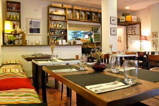 Restaurante Santa Gula, Barcelona.Un pequeño restaurante que seduce por su honesta cocina de mercado, con ingredientes frescos y de calidad y por su interiorismo agradable. Plaça de Narcís Oller, 3
