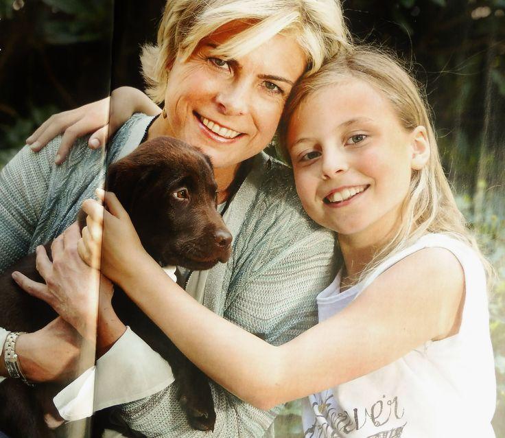 Laurentien poseert met haar jongste dochter Léonore en de jonge pup voor de Vorsten, mei 2016