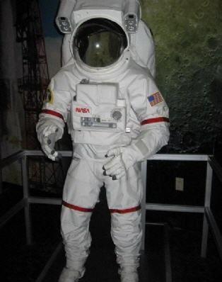 Armstrong Limiti olarak bilinen yükseklik limiti yerden 19 kilometredir. Bu limitten sonra astronot kıyafeti giymek gerekmektedir. Eğer giyilmeyecek olursa, vücuttaki su, vücut sıcaklığında kaynamaya başlayacaktır.