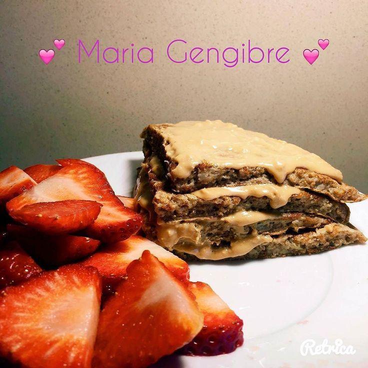 Pequeno almoço de quem precisa de muita energia para combater a depressão causada por este temporal horrível...não suporto isto! Panqueca de aveia e canela com manteiga de amendoim Toffee Fudge Crunch da @mws.pt e morangos! Bom dia! #mariagengibre #pequenoalmoço #panqueca #pancakes #mws #canela #cinnamon #oats  #morangos #strawberries #healthyfood #heathybreakfast #healthygirl #healthychoices #healthylife #healthyliving #healthylifestyle #healthyfamily #healthypancakes #semdesistir…