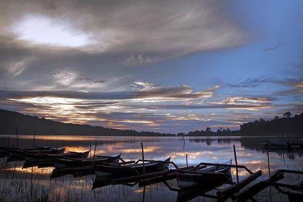 Danau Beratan: Bedugul: Kawasan Wisata Danau Bratan Bali  Danau Beratan atau juga disebut Danu Bratan terletak di kawasan Bedugul, desa Candikuning, kecamatan Baturiti, kabupaten Tabanan, Bali. Kurang lebih 55 km dari kota Denpasar, Danau Bratan terletak di ketinggian ± 1240 m diatas permukaan laut, temperatur di kawasan danau Beratan (area Bedugul) kurang lebih 18° C pada malam hari dan ± 24° C pada siang hari. Danau Beratan mempunyai luas kira-kira 375.6 hektar. Website: id.baliglory.com