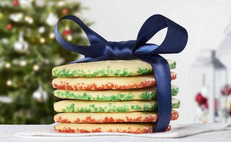 Cette recette de biscuits est très pratique pour le temps des Fêtes, car elle vous permet de préparer la pâte à l'avance puis de cuire les biscuits lorsque vous en avez besoin. De quoi vous simplifier la tâche pendant une période particulièrement occupée. Décorez les biscuites à votre guise avec des paillettes colorées ou des cristaux de sucre brut pour un maximum de croquant et de magie!