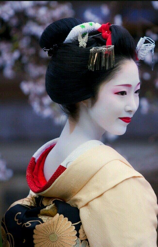 Nella cultura giapponese è imperdibile il Kimono, vestito tipico degli abitanti.  Bellissimo souvenir per gli amici che saranno invidiosi del vostro viaggio. Visita il sito www.advokinawa.it