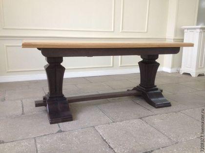 Красивый устойчивый раздвижной дубовый стол.  Покрытие столешницы шелковисто-матовый лак производства Италии, ножки - темная морилка и лак. Разница в материалах и цвете возможна, благодаря ручной рабо