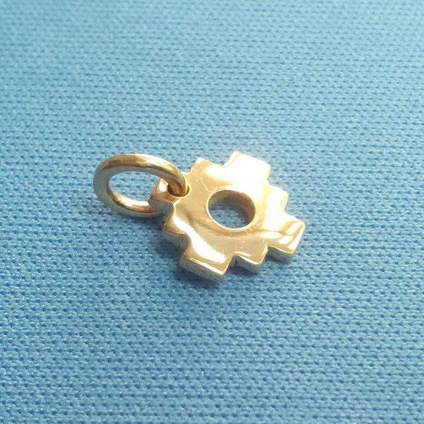 Vue latérale de la croix inca en or massif. Celle-ci fait 1mm d'epaisseur. Notez le reflet très jaune de l'or quasi pur.