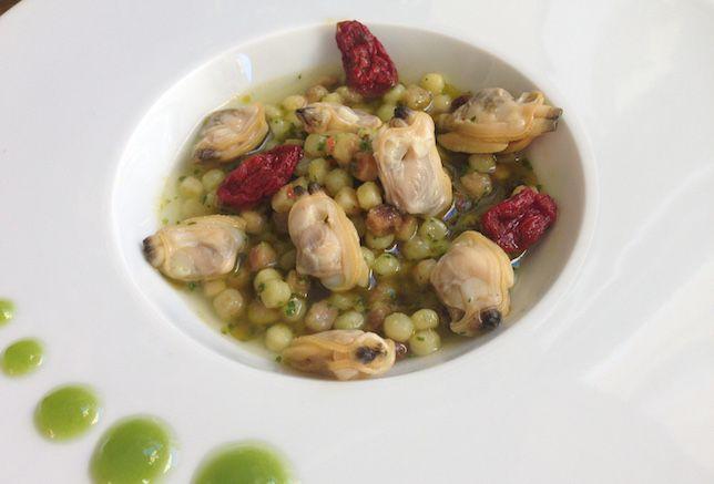 Fregola con vongole veraci, pomodorini secchi e gel di prezzemolo | Food Loft - Il sito web ufficiale di Simone Rugiati