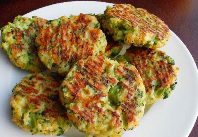 Fitness brokolicové placky so syrovým dipom - Receptik.sk