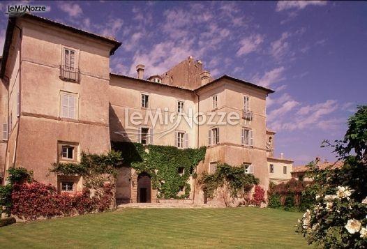 http://www.lemienozze.it/operatori-matrimonio/luoghi_per_il_ricevimento/castello-matrimonio-roma/media/foto/1  Una location per il matrimonio fiabesca: il castello immerso nel verde