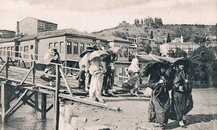 ✿ ❤ Bir Zamanlar İSTANBUL,  Anadoluhisarı Göksu köprüsü üzerinde kadınlar...