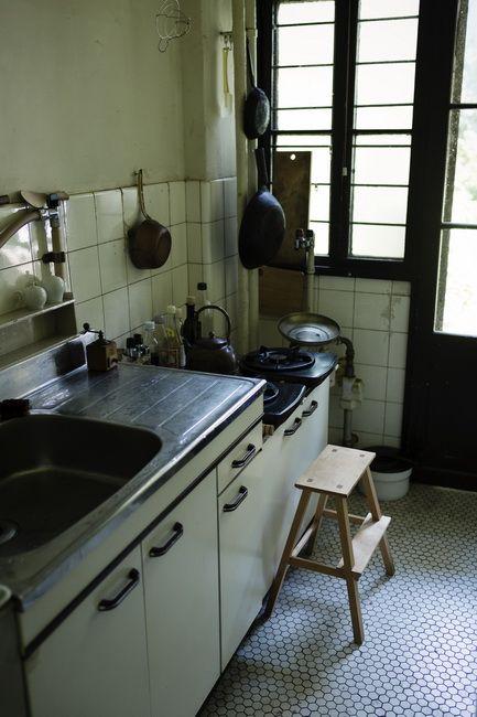 狭いながらも使いやすく整えられたキッチンには、必要最小限の道具だけが並ぶ