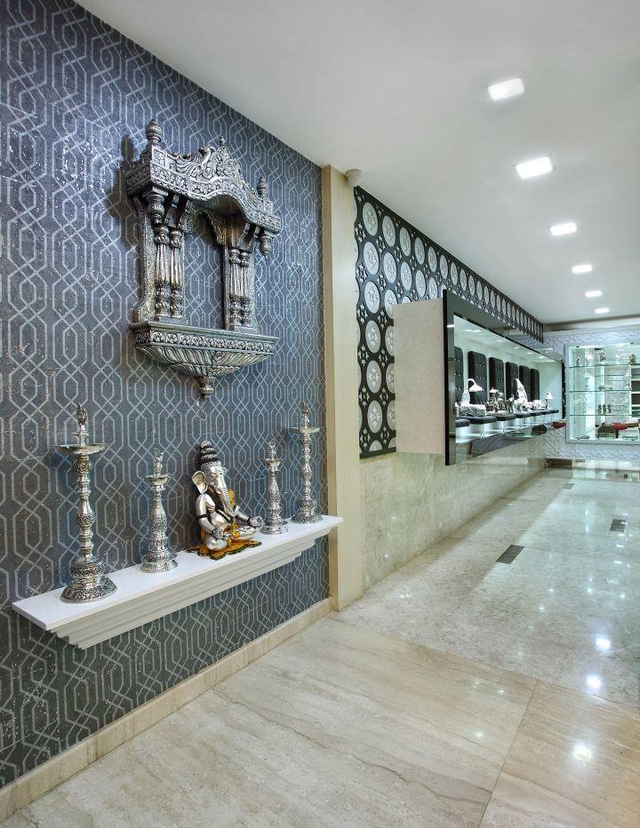 Серебряные предметы в ювелирном бутике