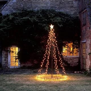 Bijzondere kerstboom voor buiten:  - 1 paal in de grond  - 8 stevige draden  - kerstlampjes voor buiten  - mooie lichtgevende kerstster als piek    LOVE IT!