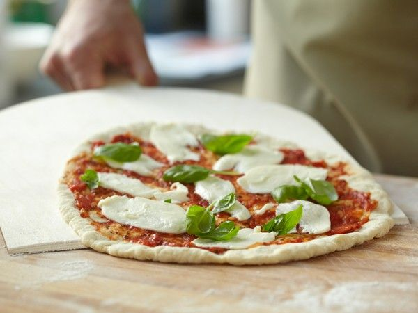 Außen knusprig und innen weich - uns hat ein italienischer Pizzabäcker sein streng gehütetes Rezept für den perfekten Pizzateig verraten.