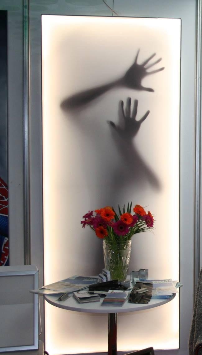 Powłoka napinana firmy ALTEZA na ścianę z nadrukiem, wraz z oświetleniem LED w połączeniu z intrygującą grafiką. / ALTEZA tension coating on wall with overprint, together with LED lighting combined with intriguing graphics.