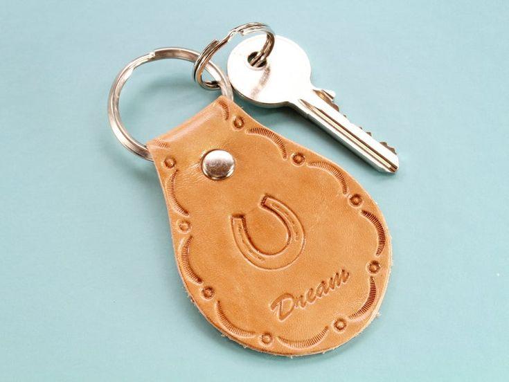 Möchten Sie ein Geschenk zum Thema Pferd? Dieser handgemachte Lederschlüsselanhänger würde …   – Leather Keyrings