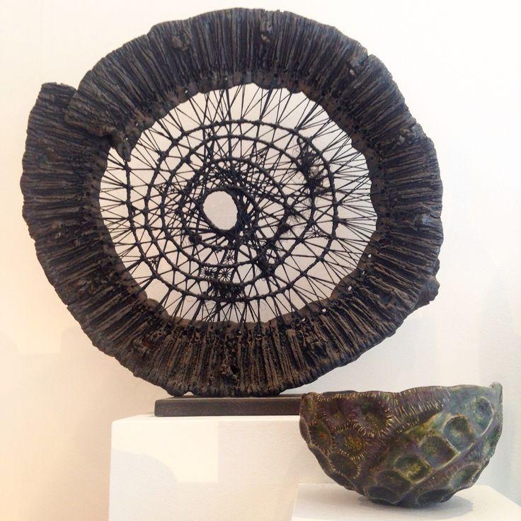 """Margareth LEVENEUR, """"Entité"""" céramique et tissage, accompagnée d'un bol émaillé."""