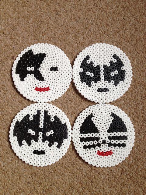 Las caras de la banda re rock llamada kiss en  circulos