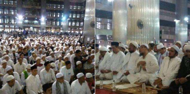 """Puluhan Ribu Umat Islam Padati Istiqlal """"Siap Berjuang?"""" """"SIAP !!!""""  [portalpiyungan.com]JAKARTA - Puluhan ribu Umat Islam padati Masjid Istiqlal dalam acara silaturahmi akbar dan doa bersama untuk kepemimpinan Jakarta dzuhur hingga ashar hari ini Ahad (18/9). Acara yang sempat dibatalkan sepihak oleh pengelola Masjid Istiqlal ini justru memicu antusiasme umat Islam untuk hadir. Acara dimulai dengan sholat dzhuhur berjamaah dilanjutkan dengan doa yang dipimpin oleh Imam Besar…"""