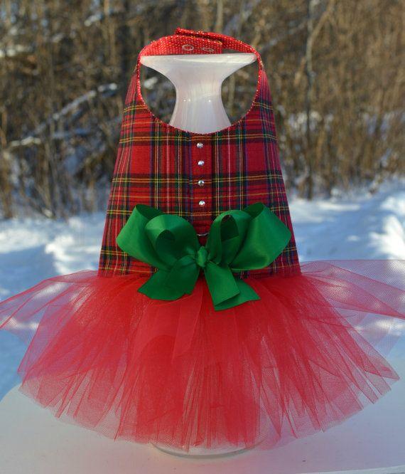 Rojo Plaid arnés perro vestido de  ** Como se ve en el programa TODAY - Kathie Lee y Hoda!!!!!! 23 de diciembre de 2013 ** Como se ve en el programa de televisión mejor - Feb de 2014   DATOS DE -Tapa de la tela de cuadros rojo brillante -Falda tutú rojo super esponjosa y coqueta -Swarovski cristales adornan la parte superior del arnés -Doble arco del satén verde -Fuerte D-anillo de metal para fijación fácil de la correa -Guarnición lunares -Entretela para larga durabilidad -Hecho a mano en…
