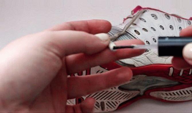 Неаккуратные кончики шнурков можно привести в порядок, используя прозрачный лак для ногтей