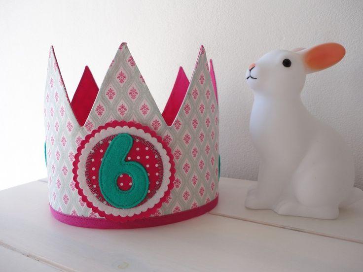 Customised verjaardagskroon, speciaal voor het verjaardagsfeestje van je kleine jongen of meisje.    De kroon is gemaakt van stof en gevoerd met ee...