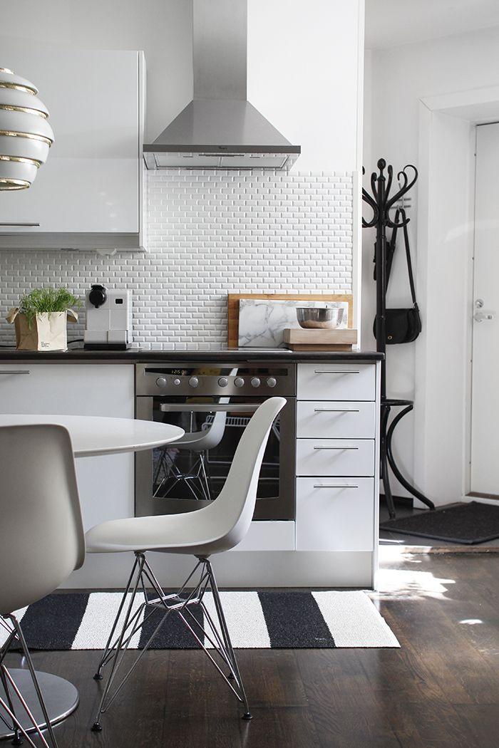 Very nice kitchen! BOB runner on the floor. #plastmatta #plasticrug #pappelina #vinylrug #swedish #swedishdesign