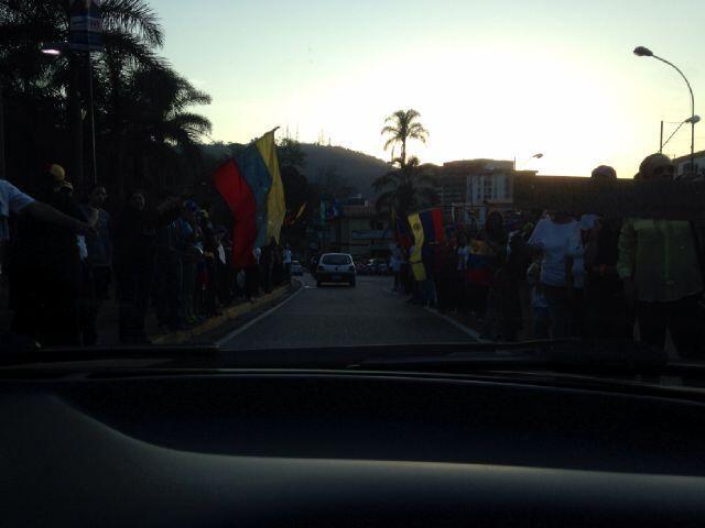 #SOSVenezuela Vecinos #ElHatillo protestan pacíficamente, sin trancar las vías. Foto: @MorantesJavier. @NotiHatillo pic.twitter.com/hT2y8Pu3xN