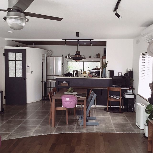 Decorating Kitchens Swinging Kitchen Door フロアタイル モルタル/ダイニングキッチン/ldk/床 張り分け/無垢の床…などのインテリア実例 -2016-10 ...
