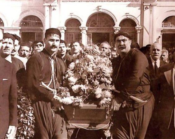 Η κηδεία του Νίκου Καζαντζάκη στο Ηράκλειο Κρήτης το 1957.