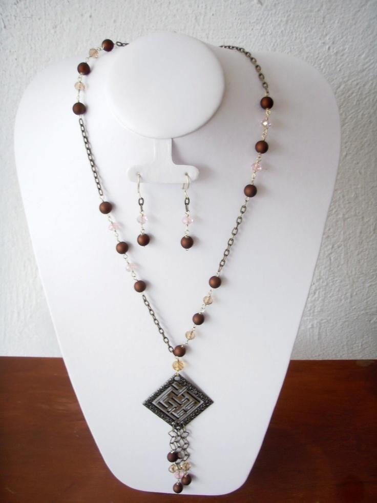 $220 Collar engarzado en piedra y acrilico cafe, conbinado con cadena, incluye aretes.