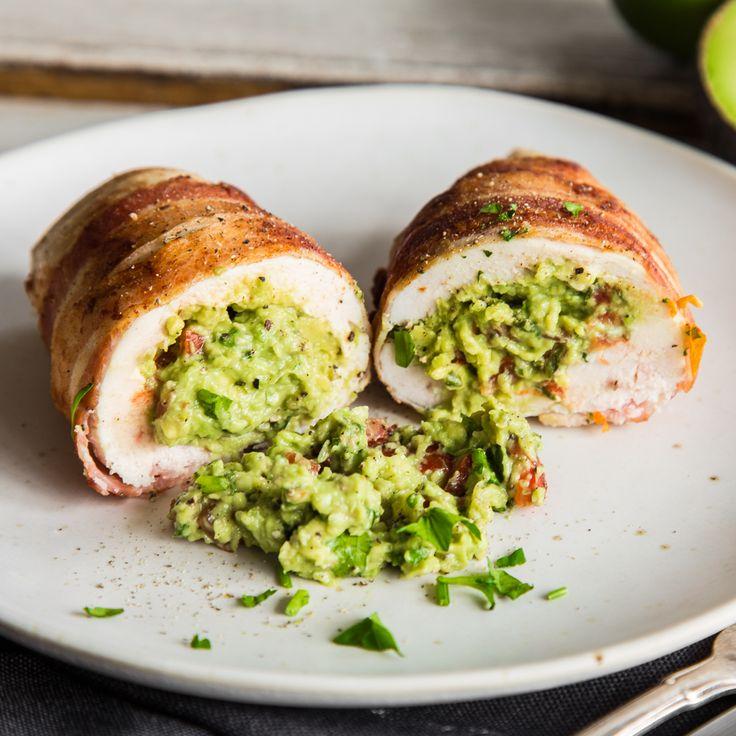 Im Hähnchenbrustfilet versteckt und mit kross gebratenem Bacon umwickelt, ist die cremige Guacamole sicher aufbewahrt, bis sie auf dem Teller landet.
