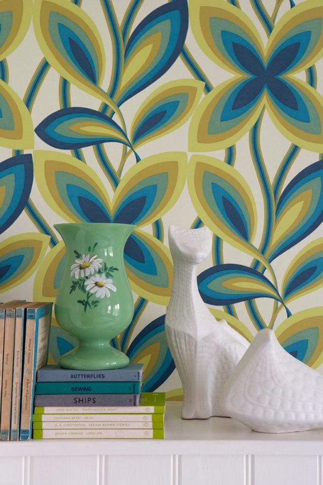 Retro/vintage behang uit de collectie Retrospective van Little Greene. Wallpaper vintage Starflower - Peacock. (c.1967)