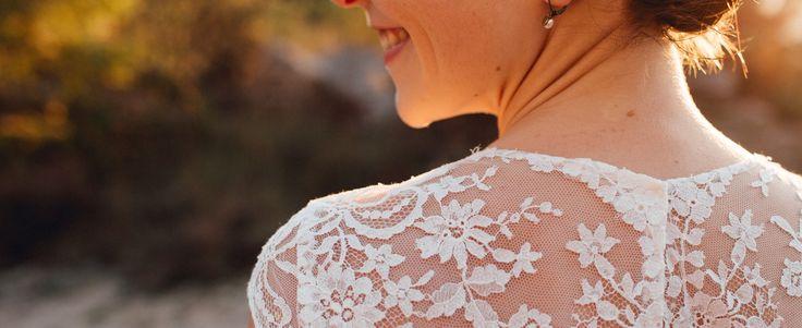 Cette robe de mariée est magnifique avec son dos et ses manches en dentelle, son petit noeud sur la hanche et son style contemporain et élégant qui convient aux mariées champêtre, vintage, nature, rustique comme aux mariages formels.
