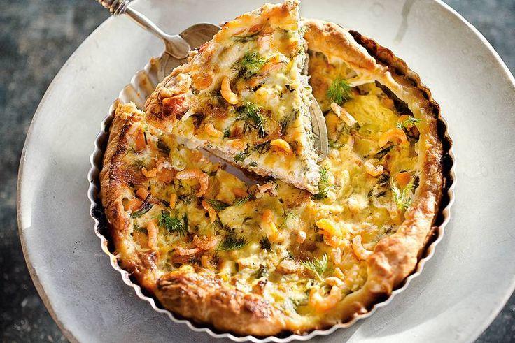 Brunchidee, bij de borrel, als avondmaaltijd: deze quiche is een echte alleskunner - Recept - Zalmquiche met dille en garnalen