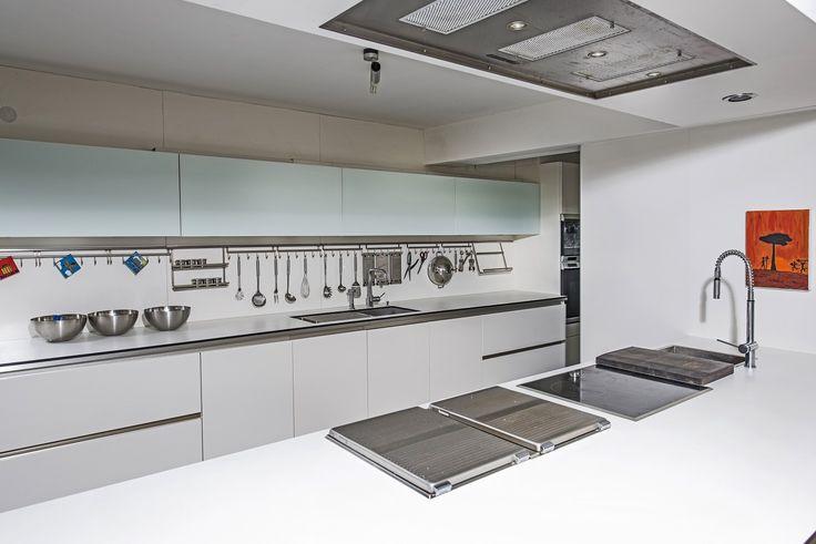 Blick auf die Next125 Küche von der Kochinsel.Auf dem Bild sieht man die aufgesetzten Gaggenau Kochstellen und die in die abgehängte Decke integrierte Gutmann Deckenlüftung Campo. Daniel Psotta von schwabenkuechen.de plante und realisierte diese Küche.