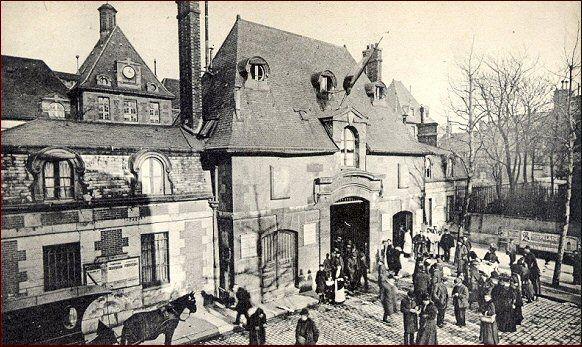 L'entrée principale de l'Hôpital Saint-Louis vers 1910 (Paris 75010)