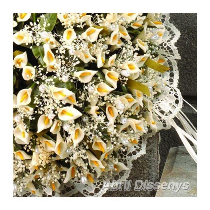 El Ramo de Novia con 75 Alfileres. El ramo de novia está decorado con 3 calas y lluvia incluye montaje. En tu boda, sé feliz con tu ramo elaborado con flores