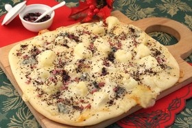 チーズとカリフラワーのピザ 赤しそ風味