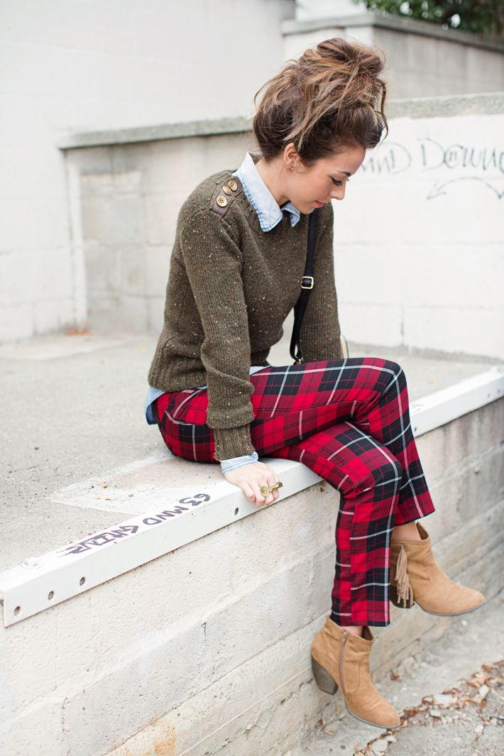 Perfect winter outfit: A cozy knit sweater, plaid pants, and suede ankle boots!