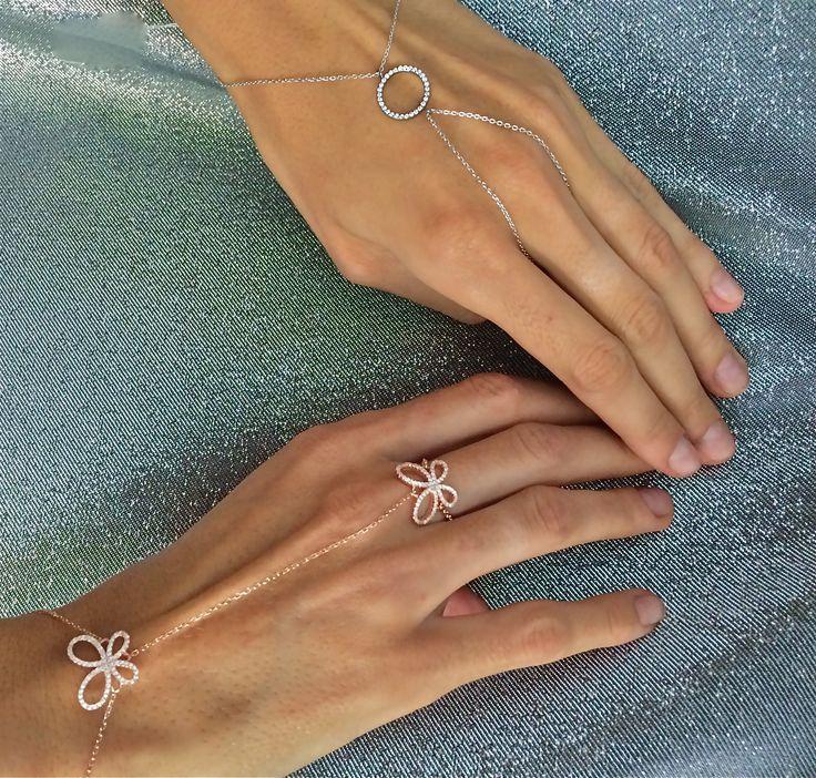 Podkreślająca piękno dłoni delikatna i lekka jak mgiełka biżuteria od SCALLINI. Bransoletki i pierścionki w jednym - MAUREEN GOLD i TONOY SILVER - to doskonały wybór!