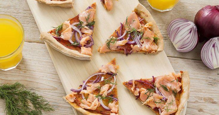 Geef jouw pizza een heerlijk zomerse draai met zalm, rode ui, dille en rucola. Met dit recept maak je 1 ronde pizza. Wil je liever een plaatpizza? Verdubbel de ingredienten en bak de pizza 25 minuten.