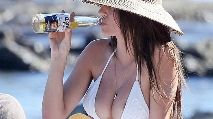 Μπύρα, παραλία και nip slip για την Emily Ratajkowski Crazynews.gr