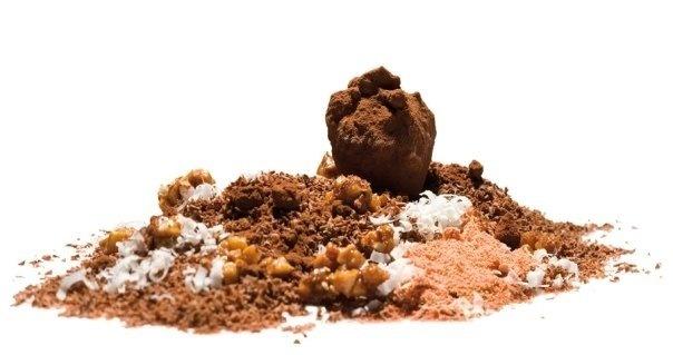 Tierra | Cubre una tierra helada de chocolate con polvo de melocotón rojo,  azúcar de yogur, avellanas garrapiñadas y su streusel. Debajo, un  helado de chocolate con leche.  #AlbertAdria #NaturaBook #dessert