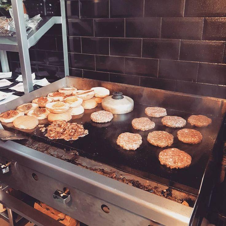 Feriadão. Que tal aproveitar a independência pra se afogar nos deliciosos hambúrgueres do Sheriff's? Venha aproveitar esse dia lindo.  #sheriffs #sheriffsburger #heitorpenteado #vilamadalena #burger #hamburguer #feriado #independencia