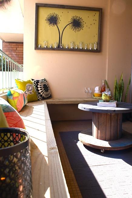 En indbygget bænk giver mange siddepladser på lidt plads. Bemærk bordet, der er lavet af en gammel kabeltromme :-)